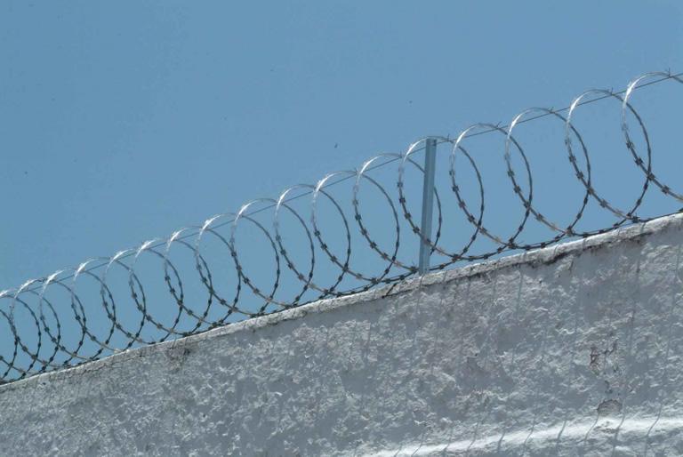 muro com cerca arame farpado